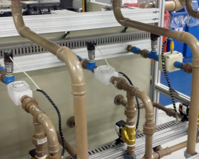 Medição de vazão de água em bancada de testes com medidores SPX e PE202